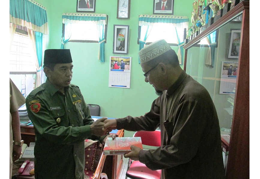 Wabup Drs.H.Asyirwan Yunus, M.Si menyerahkan Al Quran bantuan dari Indo Jalito Peduli pada Ketua Ponpes Darul Fulum.(f-ogi)