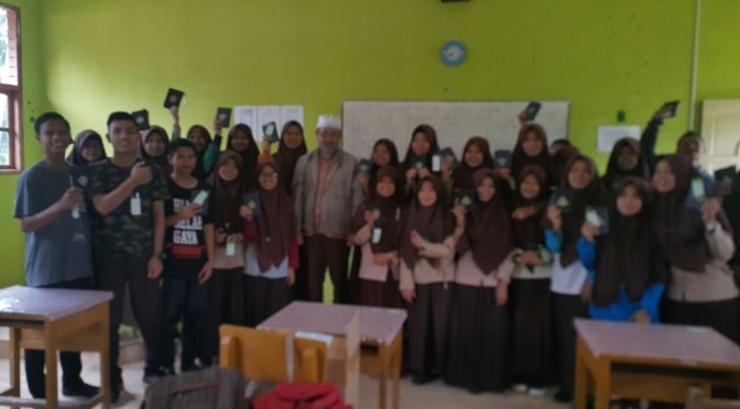 Mengamanahkan 191 Alquran Waqaf kepada Pelajar DFA